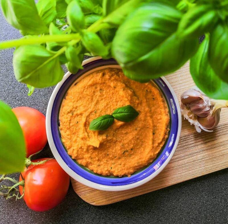 hummus tomate seco y albahaca